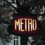 Beleuchtetes Métroschild in Paris