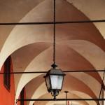 Laterne in Arkade in Modena (Italien)
