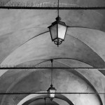Arkaden-Laternen in Modena (Italien)