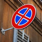 Verkehrszeichen in einer Gasse in Modena (Italien)