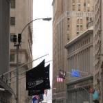 Wartende Fußgängerin in New York City