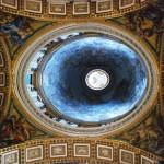 Das Kuppelinnere einer römischen Kirche