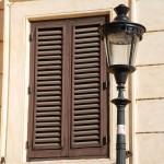 Römischer Fensterladen mit Straßenlaterne
