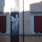 Römische Hausfassade im Schatten