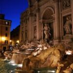 Der Trevi-Brunnen (Fontana di Trevi) in Rom bei Nacht