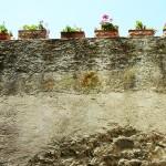 Blumentöpfe im Castello Aragonese