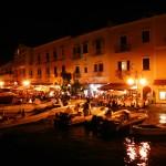 Die Gastromeile im Hafen von Ischia Porto bei Nacht