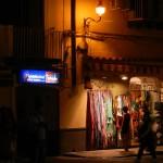 Fußgängerzone in Ischia Porto bei Nacht