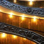 Ein Treppengeländer im Vatikanischen Museum