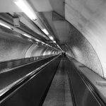 Eine Rolltreppe zu einer U-Bahnstation in Rom in schwarz-weiß