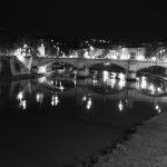 Der Tiber bei Nacht in schwarz-weiß