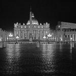 Der Petersdom bei Nacht in schwarz-weiß