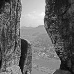 Blick zwischen zwei Felsen auf die Elbe in der Sächsischen Schweiz