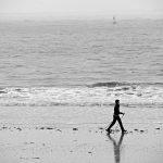 Spaziergängerin am Strand auf Norderney