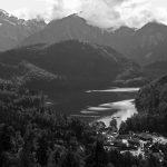 Der Alpsee und Berge im Nebel