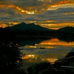 Die letzten Sonnenstrahlen über dem Hopfensee im Allgäu