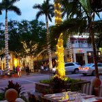 Die 5th Avenue in Naples (Florida) in der Abenddämmerung