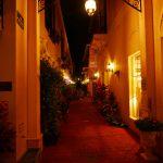 Beleuchte Seitenstraße auf der 5th Avenue in Naples (Florida)