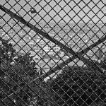 Blick auf Paris durch Maschendrahtzaun am Scare Willette