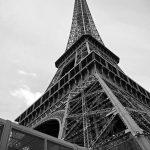 Seitenansicht des Eiffelturms in Paris