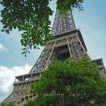 Blick von unten auf den Eiffelturm in Paris