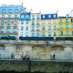 Spaziergänger am Seineufer in Paris