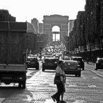 Fußgänger auf der Avenue des Champs-Élysées in Paris