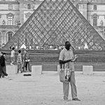 Die Glaspyramide im Innenhof des Louvre in Paris