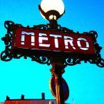 Pariser Métroschild in der Dämmerung