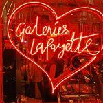 Leuchtreklame der Galeries Lafayette in Paris