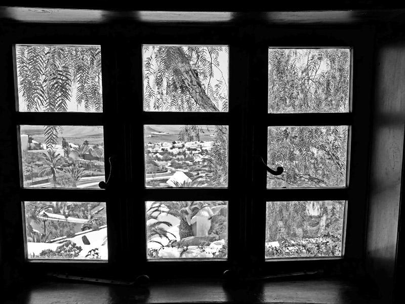 Blick aus einem Fenster im LagOmar (Lanzarote)