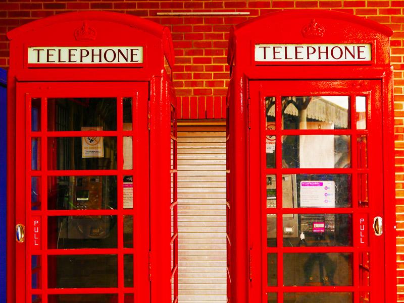 Telefonzellen am Bahnhof Windsor (England)