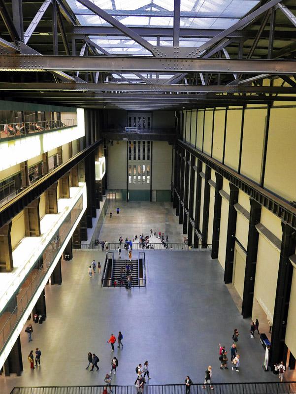 Blick von oben auf die Turbine Hall des Tate Modern in London